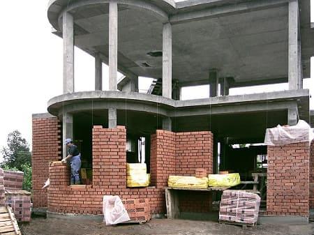 Каркасный дом со стенами из кирпича