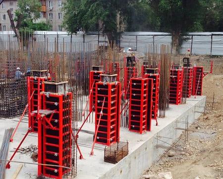 Установка инвентарной опалубки колонн